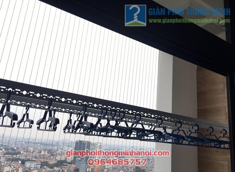 Ban công đẹp hiện đại nhờ lắp đặt giàn phơi nhập khẩu tự động nhà chị Minh, Royal City - 05