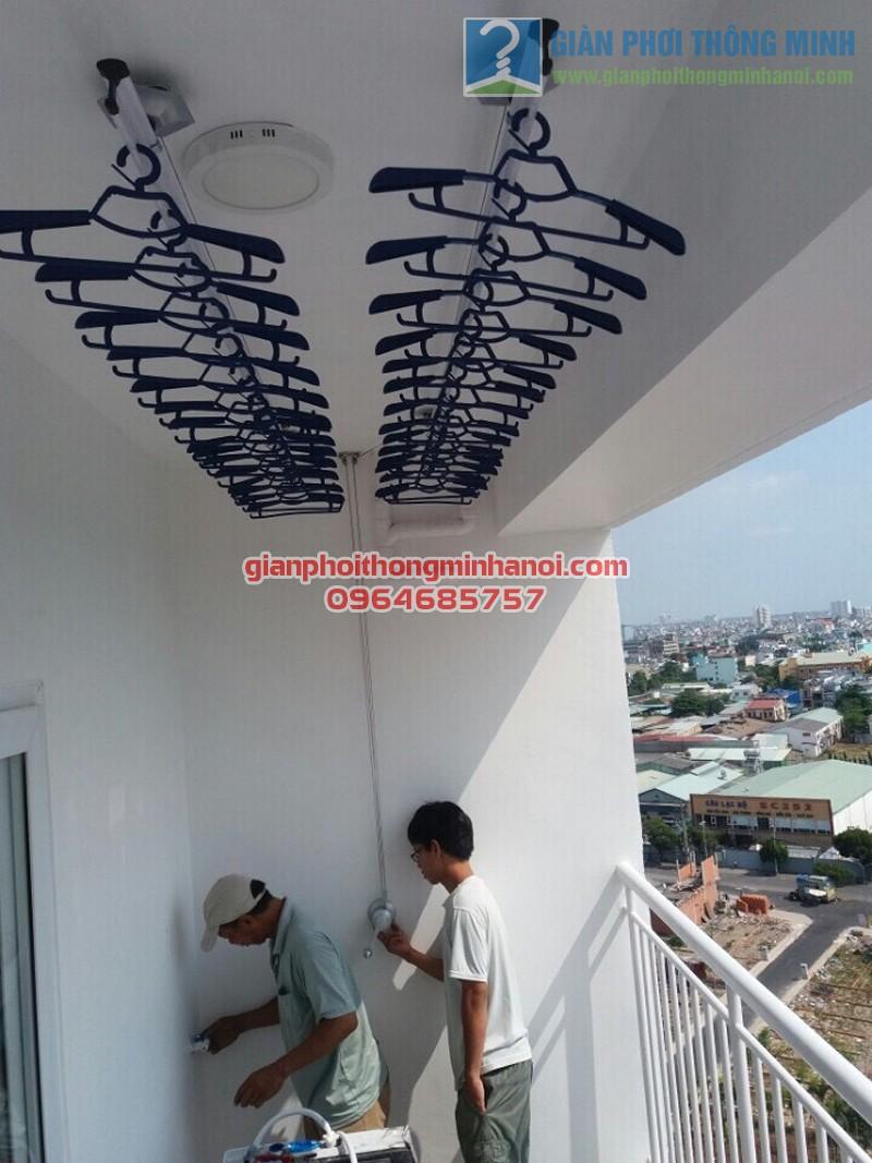 Ban công đẹp hiện đại với giàn phơi nhập khẩu Singapore nhà anh Sang, B9 Lầu 11 Căn 8 Đầm Sen