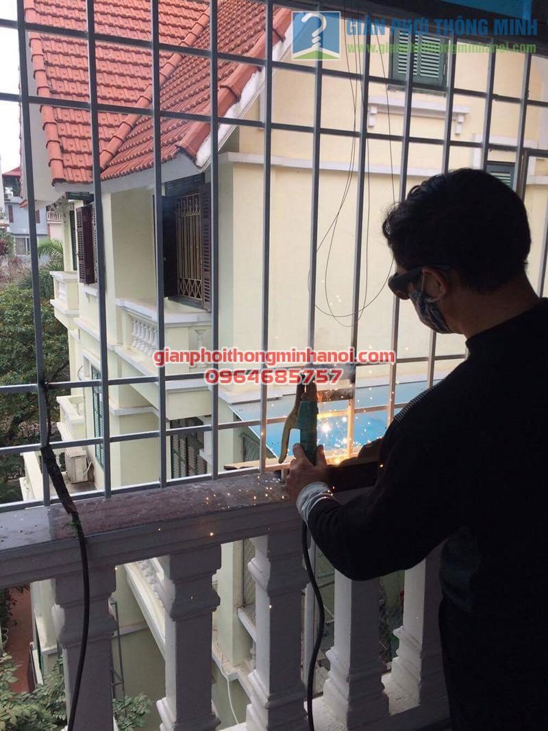 Lắp đặt giàn phơi nhập khẩu Thái Lan cho sân phơi trần mái tôn nhà cô Lam, KBT Văn Quán - 03