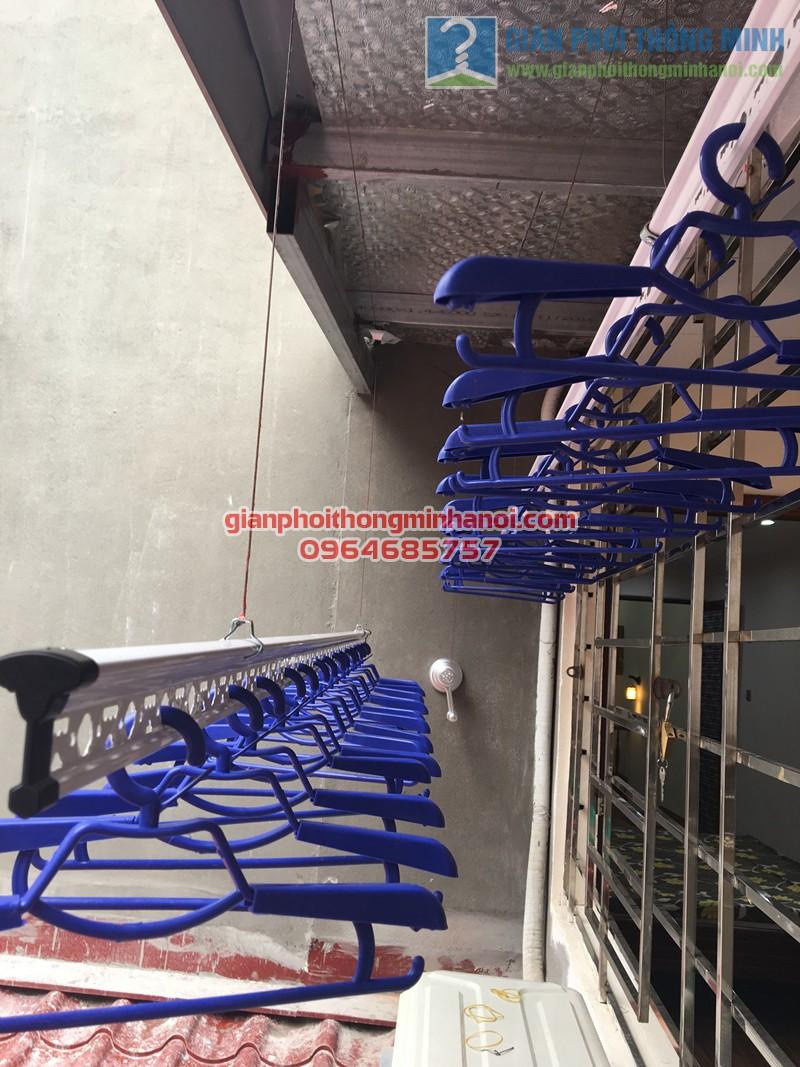 Lắp đặt giàn phơi thông minh ở mái hiên trần mái tôn nhà anh Tuấn, số 35 Hàng Đường