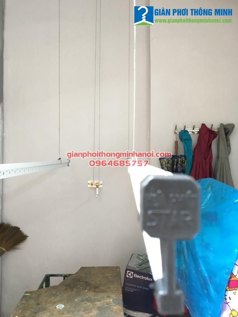 Lắp giàn phơi quần áo khu vực mái tôn cho nhà chị Hương, SN43, ngõ 81, Lạc long quân