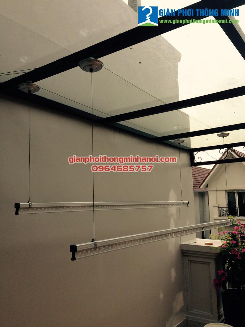 Lắp giàn phơi thông minh khu vực mái thép kính cho nhà chị Vân Vinhomes Reverside