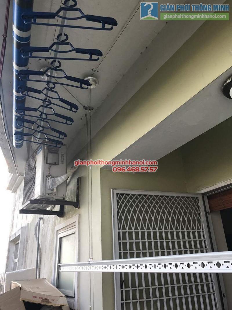 Giàn phơi Hòa Phát Air được lắp đặt gọn gàng trong ban công 2m2 nhà chị Hương - 02