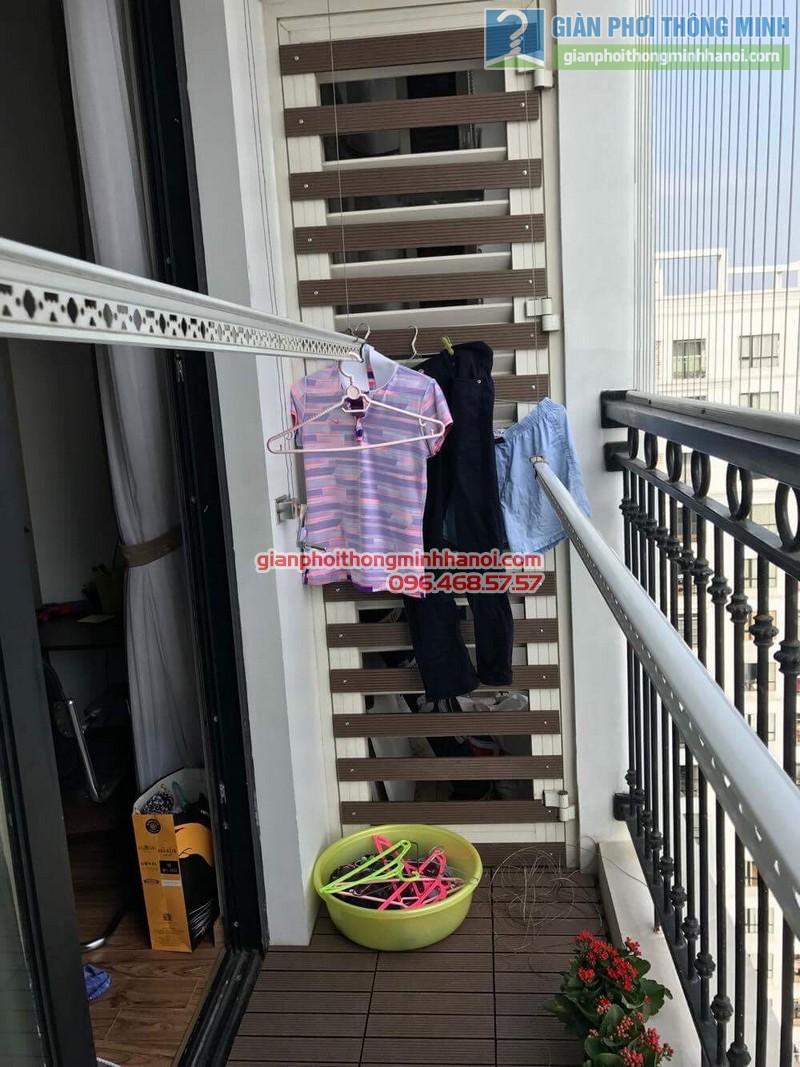 Khi giàn phơi hỏng chị Lợi tận dụng mọi chỗ để phơi quần áo