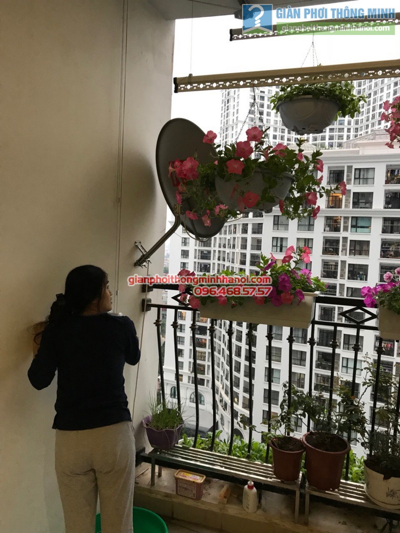 Lắp giàn phơi tại Royal City nhà chị Hoa, P12a17, Tòa R1 - 05