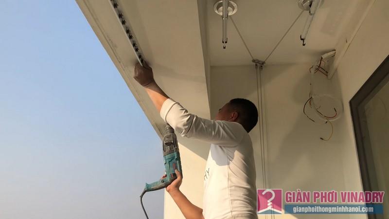 Anh thợ của chúng tôi tiến hành cố định thanh nhôm định hình trên dầm ban công