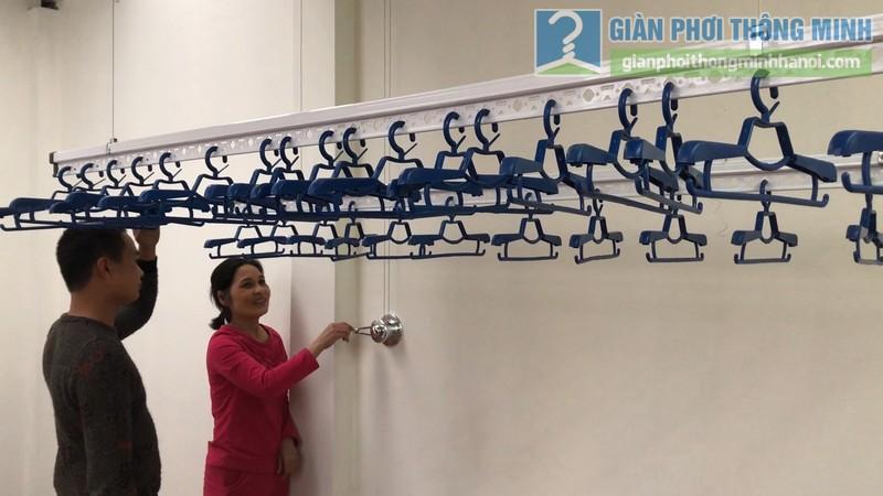 Cô Hân trải nghiệm cách sử dụng hiện đại của giàn phơi tay quay liền GP701