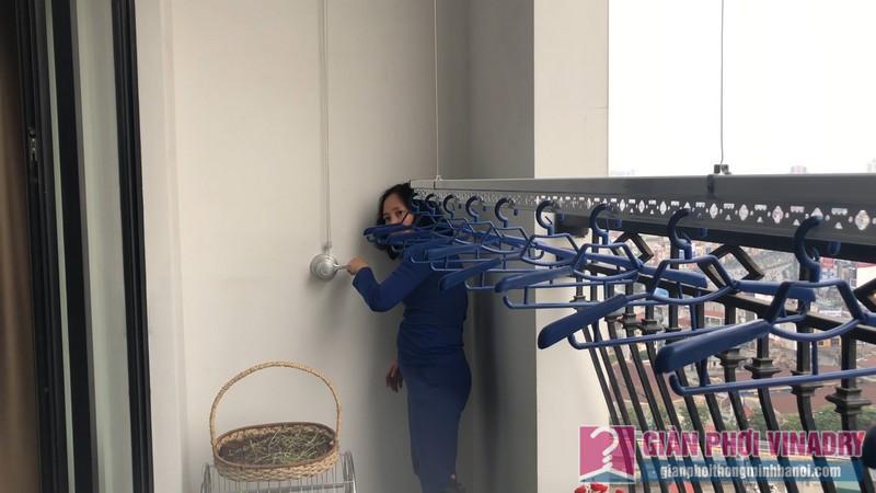 Cô Mỵ trải nghiệm cách sử dụng hiện đại của giàn phơi quần áo 950