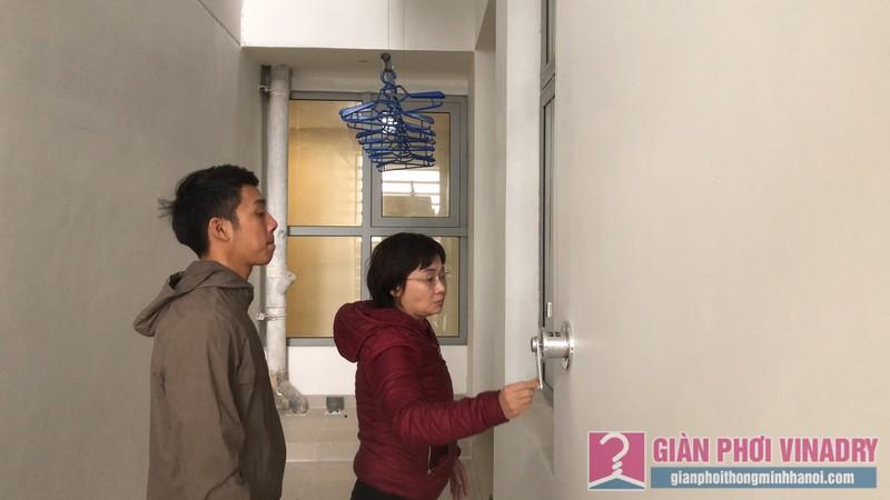 Chị Liễu trải nghiệm cách sử dụng hiện đại của giàn phơi GP701