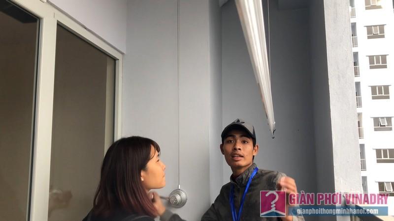 Chị Minh được anh thợ kỹ thuật hướng dẫn sử dụng giàn phơi