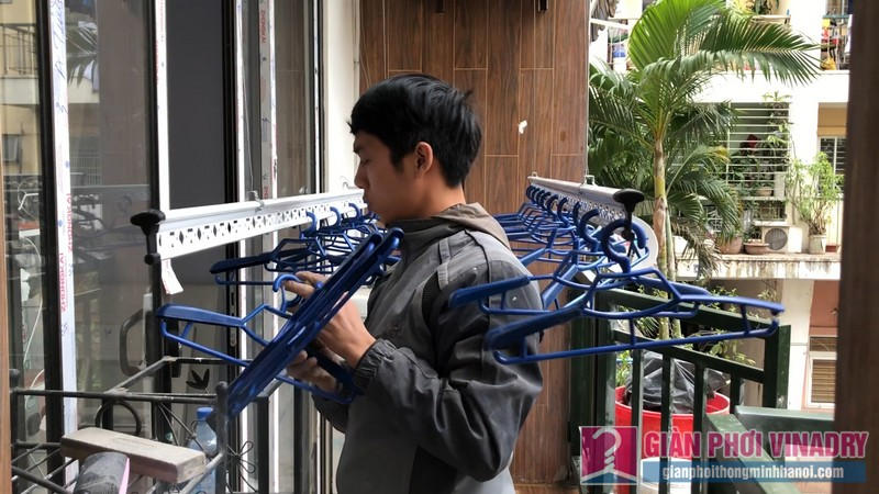 Lắp 2 bộ giàn phơi quần áo 950 nhà chị Bích, chung cư H8, KĐT Việt Hưng, Long Biên, Hà Nội - 05