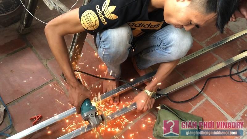 Các anh thợ kỹ thuật đo đạc, cắt thanh chịu lực để lắp các bộ phận giàn phơi