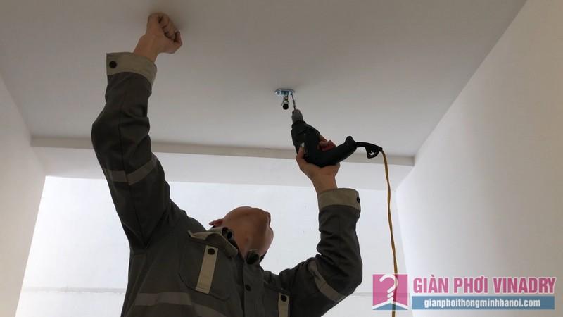 Dùng khoan cố định các buli đơn trên tường