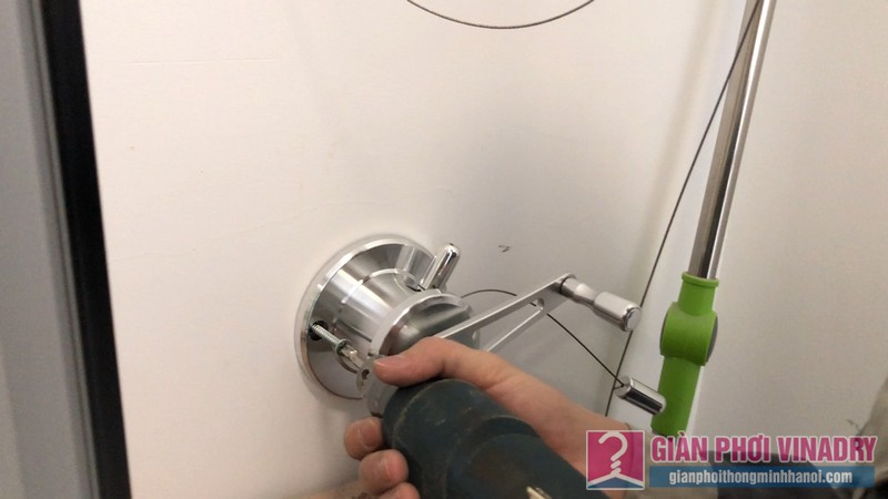 Cố định bộ tời giàn phơi vào tường