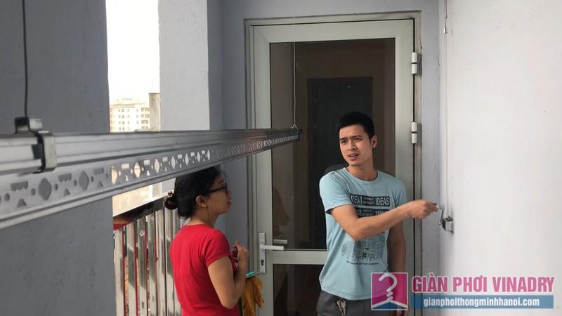 Anh thợ kỹ thuật hướng dẫn chị Lộc cách sử dụng giàn phơi