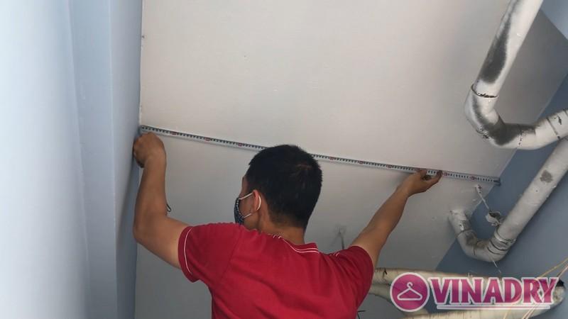 Anh thợ tiến hành đo đạc để chọn vị trí lắp đặt giàn phơi phù hợp nhất